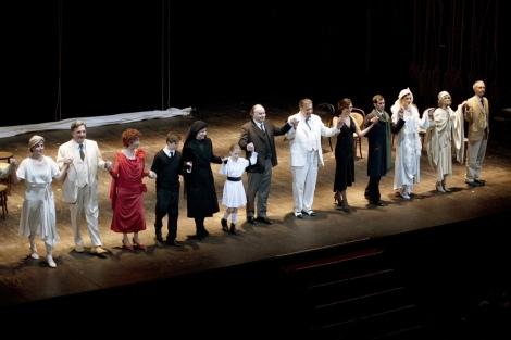 Alla fine dello  spettacolo gli attori ringraziano il pubblico