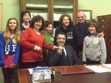 Il presidente di Alboscuole, Ettore Cristiani, con il dirigente, la redazione di Fuoricl@sse durante la sua vista lo scorso febbraio